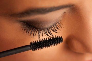 עיניים רגישות ומסקרה – על הקשר בין נשירת ריסים וטפיל דמודקס אחד